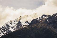 Una montagna della neve al passaggio del ` s di Arthur, Nuova Zelanda immagine stock libera da diritti