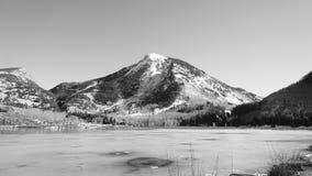 Una montagna maestosa in bianco e nero Fotografia Stock Libera da Diritti