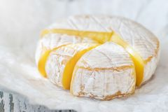 Una morbidezza ha maturato il formaggio del camembert su fondo bianco fotografia stock