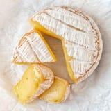 Una morbidezza ha maturato il formaggio del camembert su fondo bianco Vista superiore immagini stock libere da diritti
