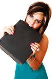 Una mordedura enojada de la chica joven en su computadora portátil. Fotografía de archivo