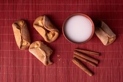 una mordedura sacada de las galletas del requesón Bollos hechos en casa rellenos con requesón y el vidrio de la arcilla de leche  imágenes de archivo libres de regalías