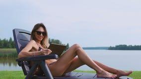 Una morenita joven delgada el vacaciones está buscando los viajes para el viaje adicional a las islas almacen de video