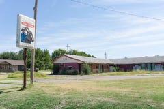 Una motel y muestra de la parada de Angie abandonados y desolate a Erick Okl Foto de archivo libre de regalías