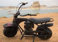 Una moto antigua en un camping en el desierto fotos de archivo libres de regalías