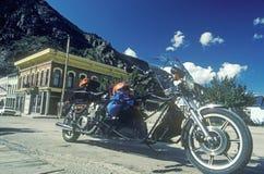 Una motocicleta fuera de un edificio en la pequeña ciudad de Georgetown, Colorado Fotografía de archivo