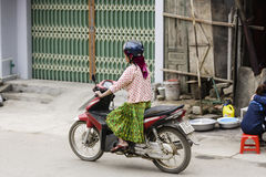 Una motocicletta sulla via alla provincia di Ha Giang fotografie stock libere da diritti