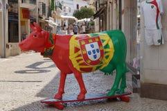 Una mucca si è vestita nei colori della bandiera portoghese - Portogallo fotografia stock libera da diritti