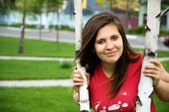 Una muchacha adolescente cerca del árbol Imagenes de archivo