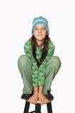 Una muchacha adolescente joven que se sienta en una silla. Fotos de archivo libres de regalías