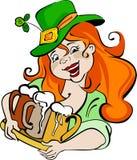 Una muchacha alegre en sombrero verde sostiene una bandeja con una cerveza stock de ilustración