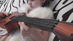 Una muchacha aprende tocar la guitarra metrajes