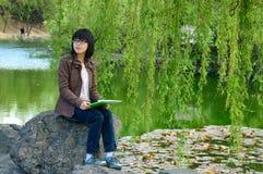Una muchacha asiática extática Fotografía de archivo