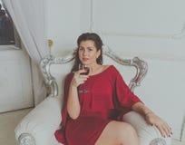 Una muchacha atractiva en un vestido rojo imagen de archivo libre de regalías