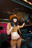 Una muchacha atractiva que juega al vaquero imagen de archivo libre de regalías