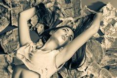 Una muchacha bastante atractiva con el pelo marrón largo Foto de archivo libre de regalías