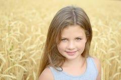 Una muchacha bastante feliz que abraza por las manos los oídos de oro del centeno en campo Concepto de pureza, crecimiento, felic Fotos de archivo