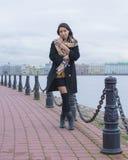Una muchacha camina a lo largo de la 'promenade' Imágenes de archivo libres de regalías