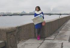Una muchacha camina a lo largo de la 'promenade' Imagenes de archivo