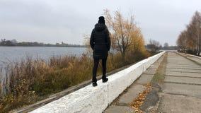 Una muchacha camina por el río