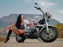 Una muchacha cerca de la bici imagen de archivo libre de regalías