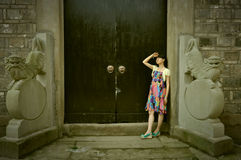 Una muchacha china en ciudad vieja Foto de archivo libre de regalías