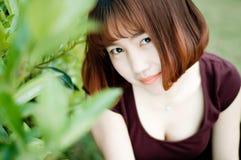 Una muchacha china en el jardín Foto de archivo libre de regalías