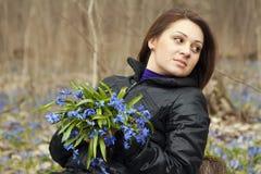 Una muchacha con el manojo de bluebells Foto de archivo libre de regalías