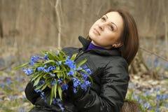 Una muchacha con el manojo de bluebells Fotos de archivo