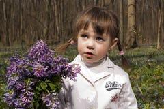 Una muchacha con el manojo grande de la lila Imagenes de archivo