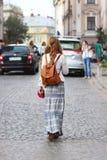 Una muchacha con el pelo largo, flojo camina en ropa hermosa del estilo del hippie a lo largo de las calles antiguas de una ciuda imagen de archivo libre de regalías