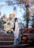Una muchacha con el pelo largo, negro adornado con Kandzashi, las flores y los pernos largos con las gotas cristalinas Geisha en  Imágenes de archivo libres de regalías