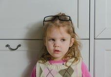 Una muchacha con el primer de los vidrios Fotos de archivo libres de regalías