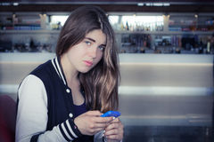 Una muchacha con el teléfono elegante Fotos de archivo