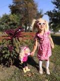 Una muchacha con la muñeca fotos de archivo