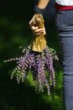 Una muchacha con las flores en su mano Imagen de archivo libre de regalías