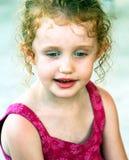 Una muchacha con los ojos azules y los rizos foto de archivo libre de regalías