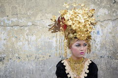 Una muchacha con los trajes tradicionales de Minangkabau Fotos de archivo