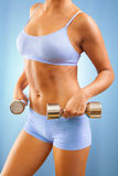 Una muchacha con pesas de gimnasia Imagen de archivo