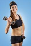 Una muchacha con pesas de gimnasia Foto de archivo libre de regalías