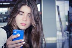 Una muchacha con smartphone Imagen de archivo libre de regalías