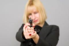 Una muchacha con un arma Imagen de archivo