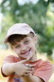 Una muchacha con un lagarto en sus brazos Imagen de archivo