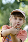 Una muchacha con un lagarto en sus brazos Imagen de archivo libre de regalías