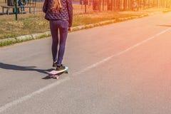 Una muchacha con un monopatín Fotografía de archivo libre de regalías