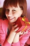 Una muchacha con un regalo Fotografía de archivo libre de regalías