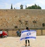 Una muchacha con una bandera en el Kotel Fotos de archivo