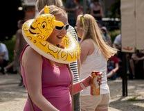 Una muchacha con una cerveza y una playa inflable juegan Imagen de archivo