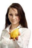 Una muchacha con una fruta en su mano Fotografía de archivo libre de regalías