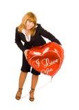 Una muchacha con una muestra del amor - globo del corazón Imagenes de archivo